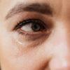 6 שיטות טבעיות איך להעלים שקיות שחורות מתחת לעיניים